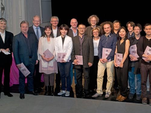 Oberbürgermeister Stefan Schostok mit Preisträgerinnen und Preisträgern des Internationalen Kompositionswettbewerbs Leibniz' Harmonien