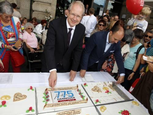 Stadtjubiläum 775 Jahre Hannover: Anschnitt der Torte beim Familienfest