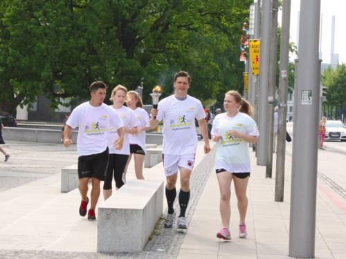 Die Special Olympics Fackel auf dem Weg in die TUI-Arena