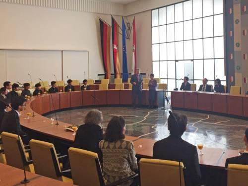 Bürgermeister Thomas Herrmann empfing die Delegation aus Hiroshima im Ratssaal des Neuen Rathauses
