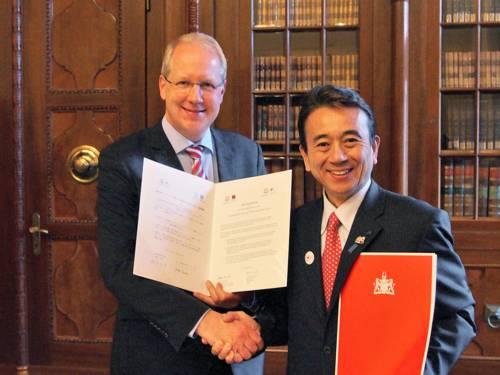 Oberbürgermeister Stefan Schostok und Yasutomo Suzuki, Bürgermeister von Hamamatsu