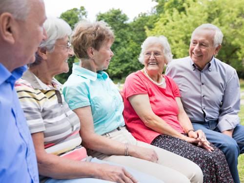 Fünf ältere Menschen im Gespräch miteinander