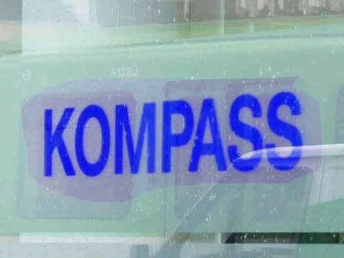 """Fenster, auf dem """"Kompass"""" steht."""