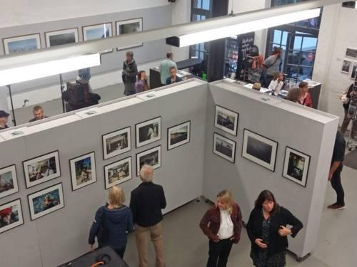 Menschen in einer Galerie.