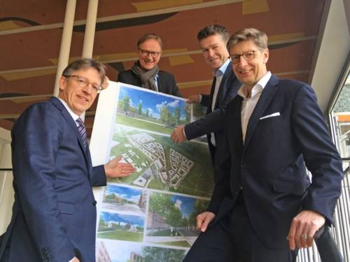 Vier Männer mit einem Plakat.