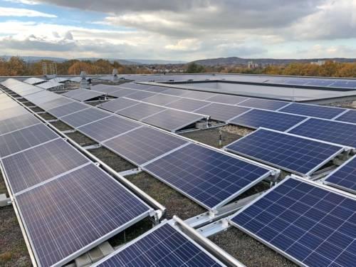 Solarmodule auf einem Dach.