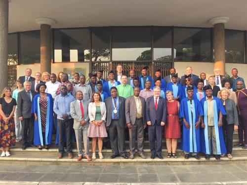 Die Delegation der Landeshauptstadt um Bürgermeister Thomas Hermann mit Blantyres Bürgermeister Wild Ndipo, Ratsleuten und Mitgliedern der Verwaltung des City Council Blantyre vor dem dortigen Rathaus