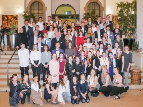 Gruppenfoto junger Menschen im Gartensaal