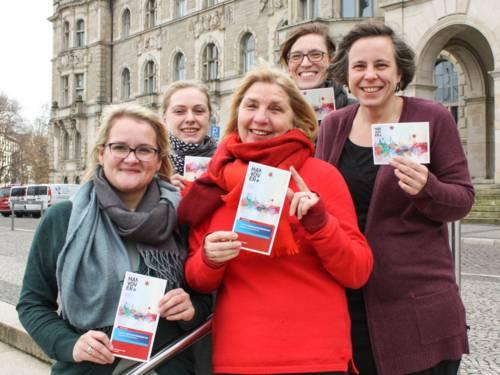 Fünf Frauen vor dem Neuen Rathaus in Hannover