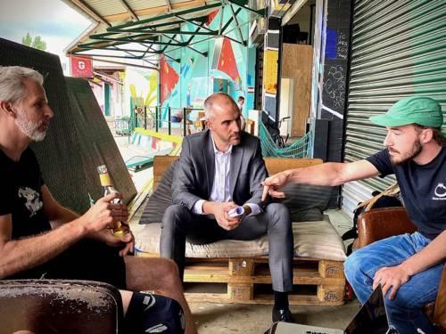 Drei Männer im Gespräch.