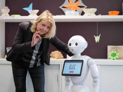 Eine Frau neben einem Roboter.