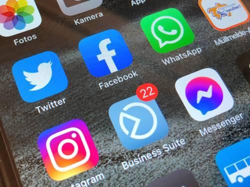 Foto eines Smartphone-Screens, auf dem die Icons verschiedener Apps zu sehen sind, darunter Facebook, Twitter und Instagram