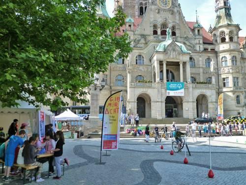 Schülerinnen und Schüler üben auf dem Trammplatz vor dem Rathaus Slalomfahren mit dem Fahrrad