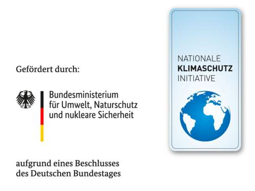"""Auf dem Logo ist neben einem Bundesadler und den Farben schwarz, rot, gold der Schriftzug """"Bundesministerium für Umwelt, Naturschutz und nukleare Sicherheit"""" zu sehen, daneben das Logo der Nationalen Klimaschutz Initiative mit einer stilisierten Weltkugel."""