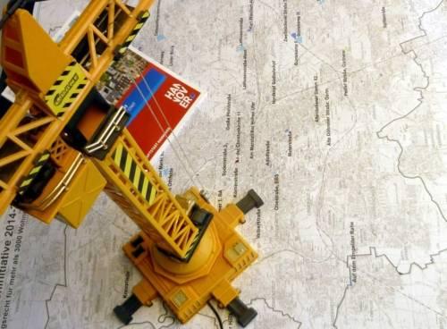 Spielzeugkran, auf Landkarte stehend