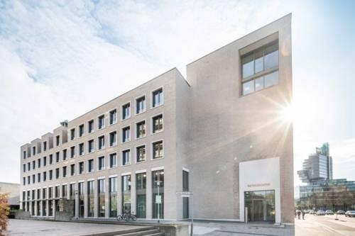 Neubau am Firedrichswall, an der Straßenecke zum Theodor-Lessing-Platz