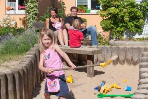 Eine Familie am Spielplatz