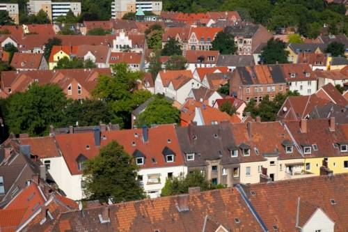 Rote Häuserdächer in Hannover von oben betrachtet.