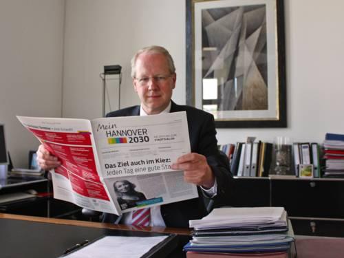 """Oberbürgermeister Stefan Schostok liest die neue Ausgabe der Projektzeitung """"Mein Hannover 2030"""""""