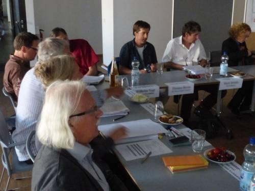 Mehrere Personen, an einem Tisch sitzend
