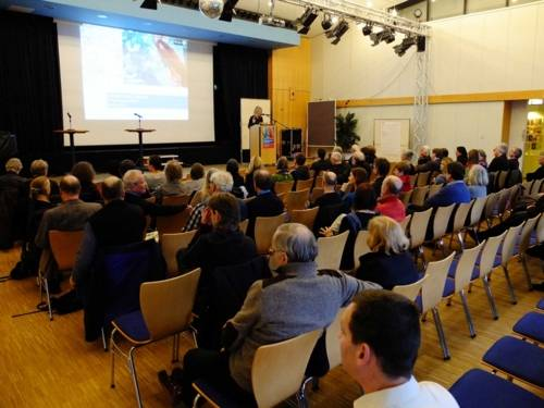 Referentin am Pult vor Auditorium