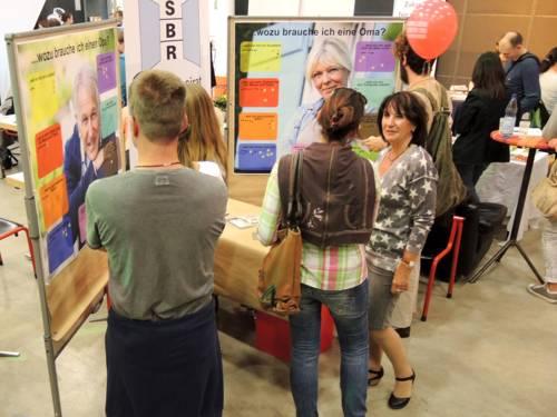 Ein Mitglied des Seniorenbeirats im Gespräch mit Interessierten bei einer Veranstaltung