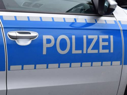 """Der Schriftzug """"Polizei"""" an einem Einsatzfahrzeug"""