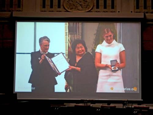 Auf einer Leinwand im Hodlersaal des Hannoverschen Rathauses wird die Verleihung des Nobelpreises an zwei Preisträgerinnen gezeigt.