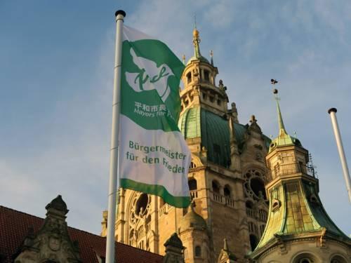 Flagge der Mayors for Peace vor dem Neuen Rathaus in Hannover