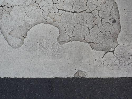 Eine von 50 Spuren: Ein Reifenabdruck auf einem Bild in Grautönen