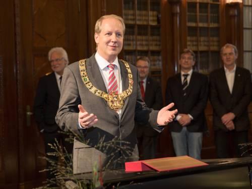 Stefan Schostok mit der Amtskette des Oberbürgermeisters am Rednerpult in der Ratsstube