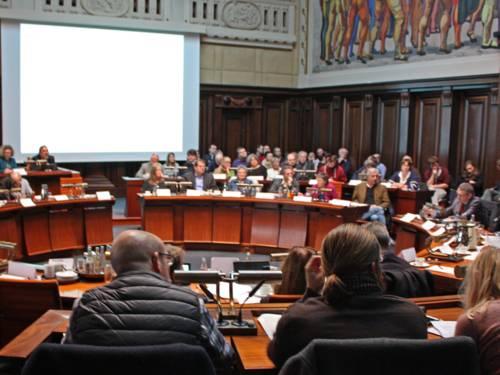 Mitglieder eines Ausschusses beraten im Hodlersaal