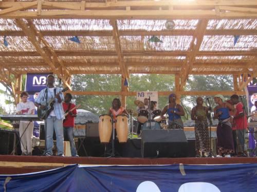 Musiker und Musikerinnen auf einer Open-Air-Bühne in Malawi