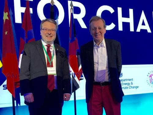 Bürgermeister Hermann und Bristols Bürgermeister George Ferguson auf einer Bühne