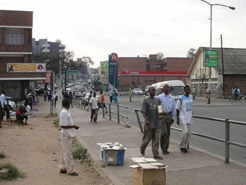 Passanten auf der Glyn Jones Road in Blantyre