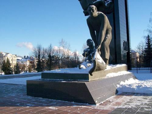 Denkmal in Ivanovo, von Schnee bedeckt