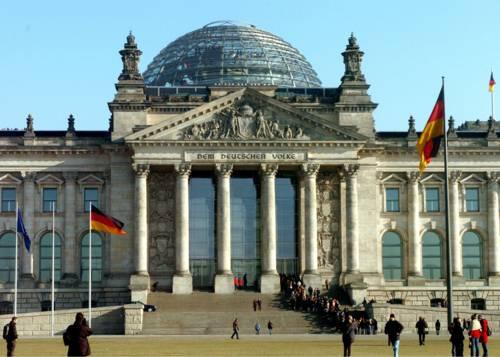 Außenansicht des Reichtagsgebäudes bei Tag.
