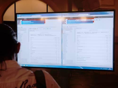 Die Ergebnisse der Kommunalwahlen 2016 wurden u.a. auf einen Bildschirm in der Rathaushalle übertragen