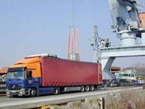 LKW Sattelschlepper im Hafen beim Beladen
