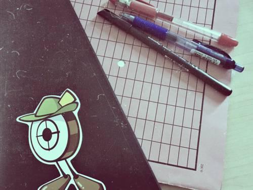 Ordner und Stifte auf einem Schreibtisch.