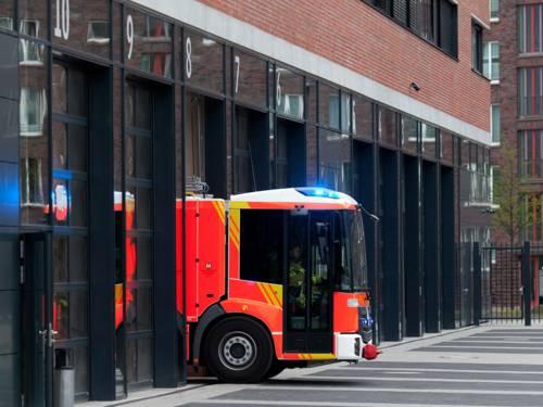 Feuerwehrauto fährt aus der Ausfahrt