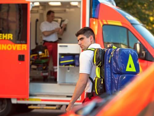 Notfallsanitäter im Einsatz vor einem Rettungswagen