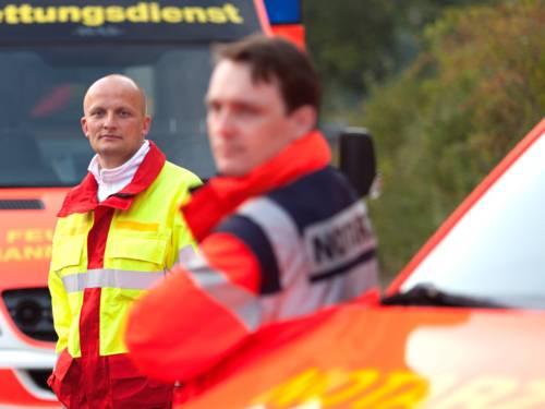 Symbolfoto: Rettungsdienst Rettungsassistent und Notarzt mit Fahrzeugen