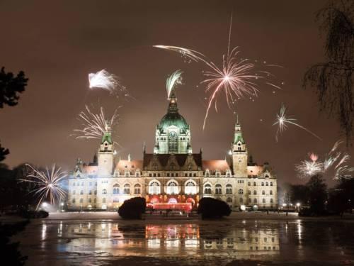 Feuerwerk über einem Rathaus.
