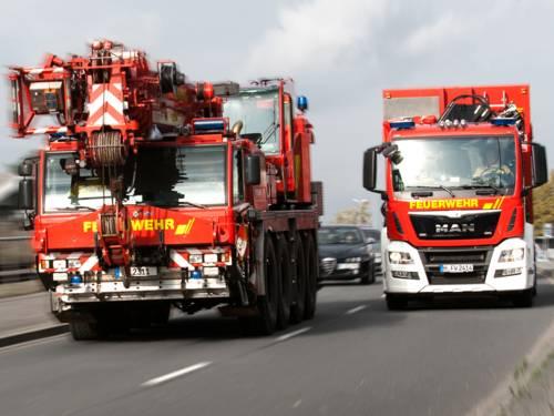 Symbolfoto: Technische Hilfeleistung mit Feuerwehrkran und Wechselladerfahrzeug mit Abrollbehälter Kranzubehör