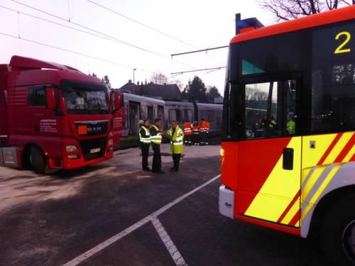 Beim Einbiegen auf ein Betriebsgelände an der Schulenburger Landstraße übersah ein LKW Fahrer eine herannahende Stadtbahn. Die Stadtbahn rammte seitlich den LKW. Die Stadtbahnfahrerin wurde bei dem Aufprall verletzt.