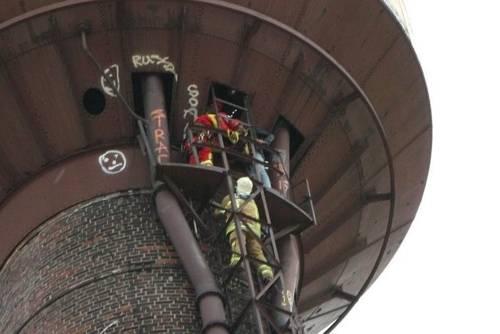 Spezialeinsatzkräfter der Fachgruppe Höhenrettung sicherten den Abstieg mit Sicherungsleinen