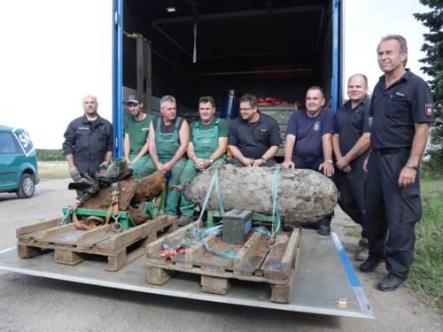Die Spezialisten des KBD und von einer Fachfirma mit den entschärften Fliegerbomben.