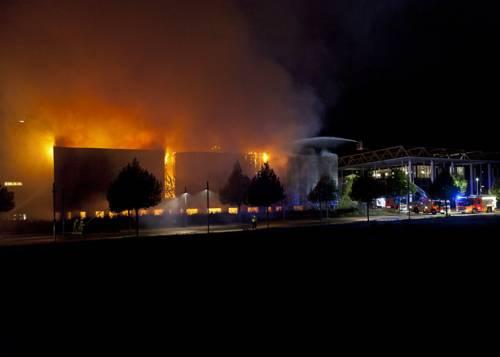 Der Innenangriff musste nach wenigen Minuten abgebrochen werden, da das Gebäude während der ersten Löschmaßnahmen schlagartig durchzündete und in Vollbrand geriet.