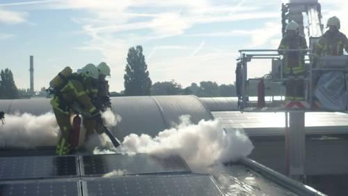 Um ein Ausbreiten der Flammen zu verhindern wurden zwei mit fünf Kilogramm Kohlendioxid gefüllte Handfeuerlöscher eingesetzt.